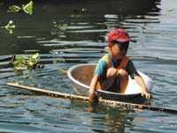 Har man ingen egen båt kan man plaska omkring i en tvättbunke på Tonle Sap.