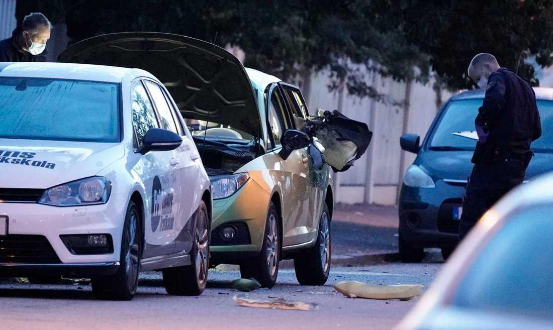 Polisens kriminaltekniker undersöker en bil i Malmö efter en misstänkt detonation natten till torsdagen.