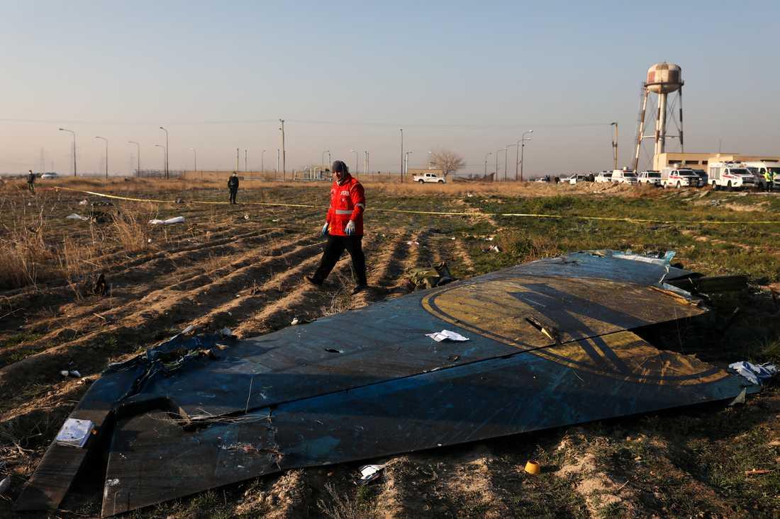 En räddningsarbetare vid platsen där planet kraschade den 8 januari. Arkivbild.