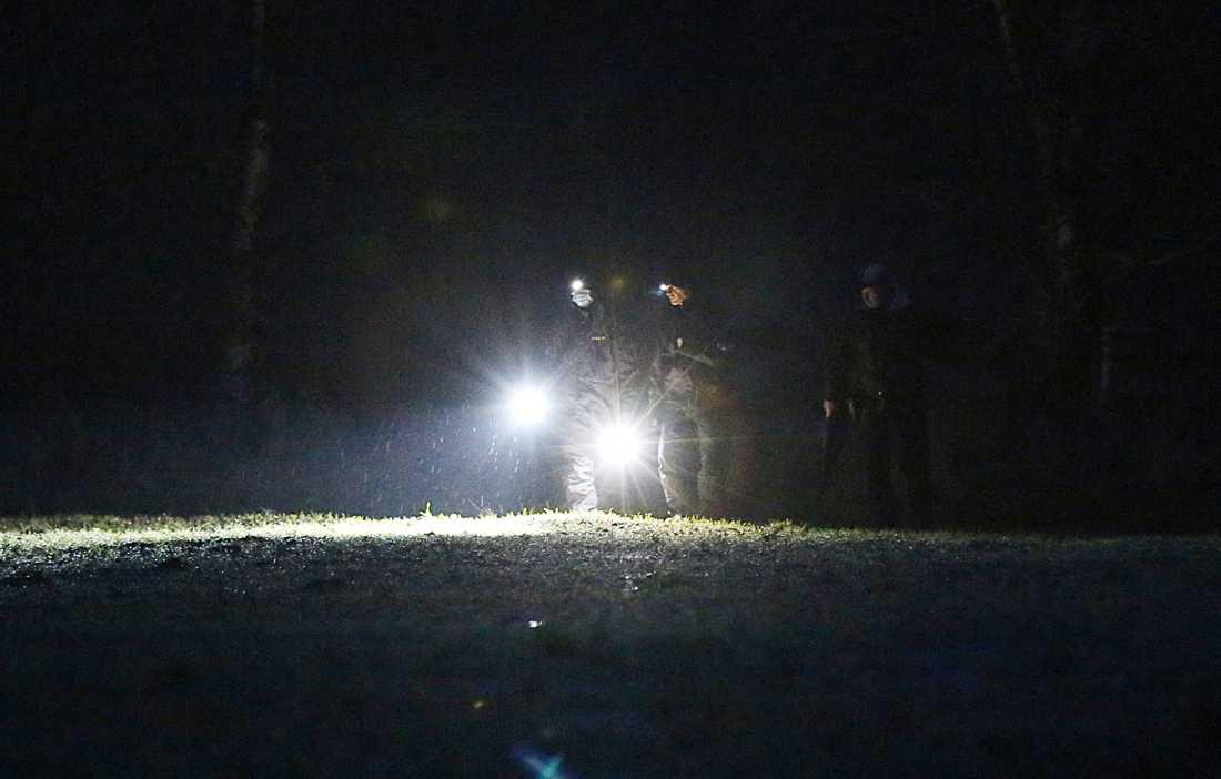 En man i 50-årsåldern knivskadades svårt när han försökte stoppa ett inbrott.