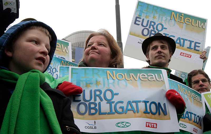 SVERIGE SA JA Fredrik Reinfeldt meddelande i går kväll från toppmötet i Bryssel att Sverige går med i europakten. Samtidigt demonstrerade belgiska fackförbund utanför. Militären hade fått order om att hjälpa ministrarna fram till möteslokalen.