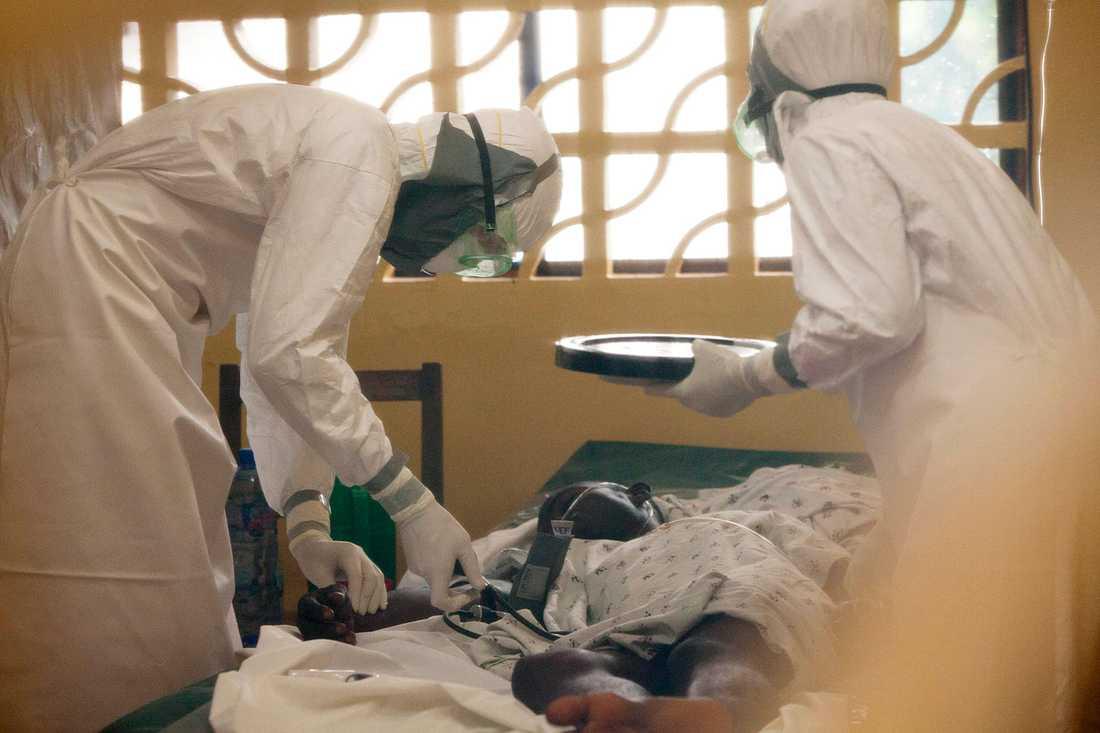 Läkare hjälper ebola-patient i Monrovia, Liberia.