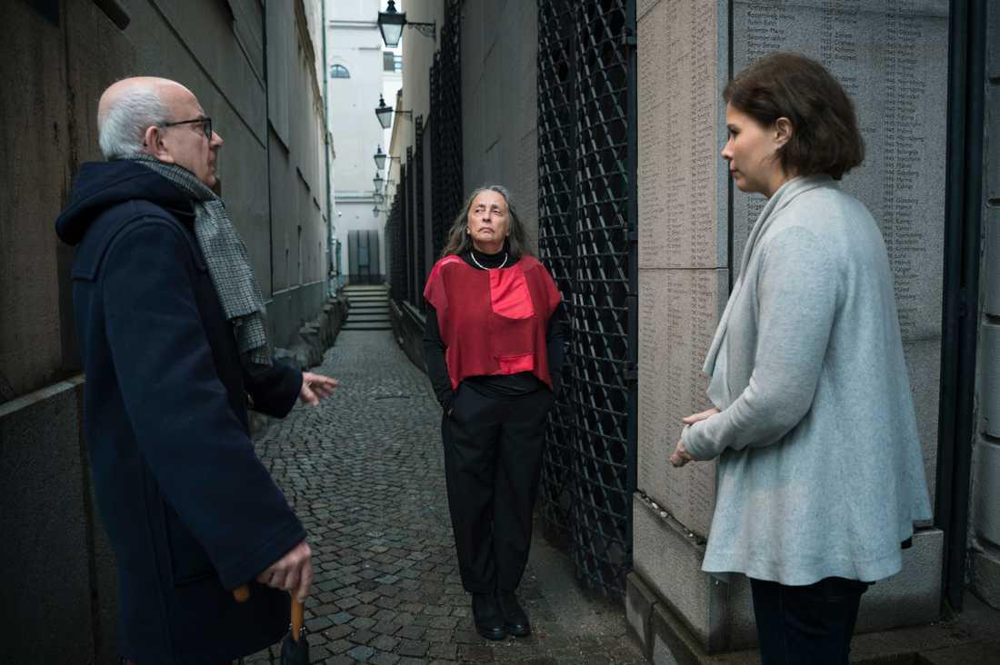 Peter Kadhammar möter Sara Wasersztrum och Charlotte Manderman på Judiska församlingen i Stockholm.