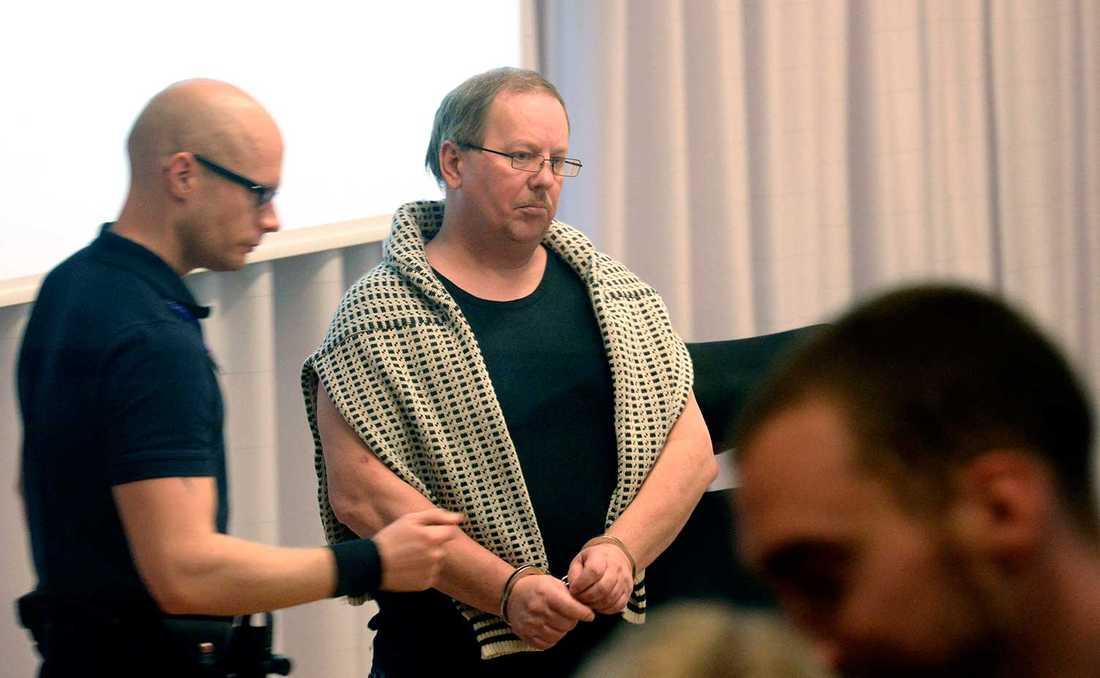 Anders Eklund i handfängsel.