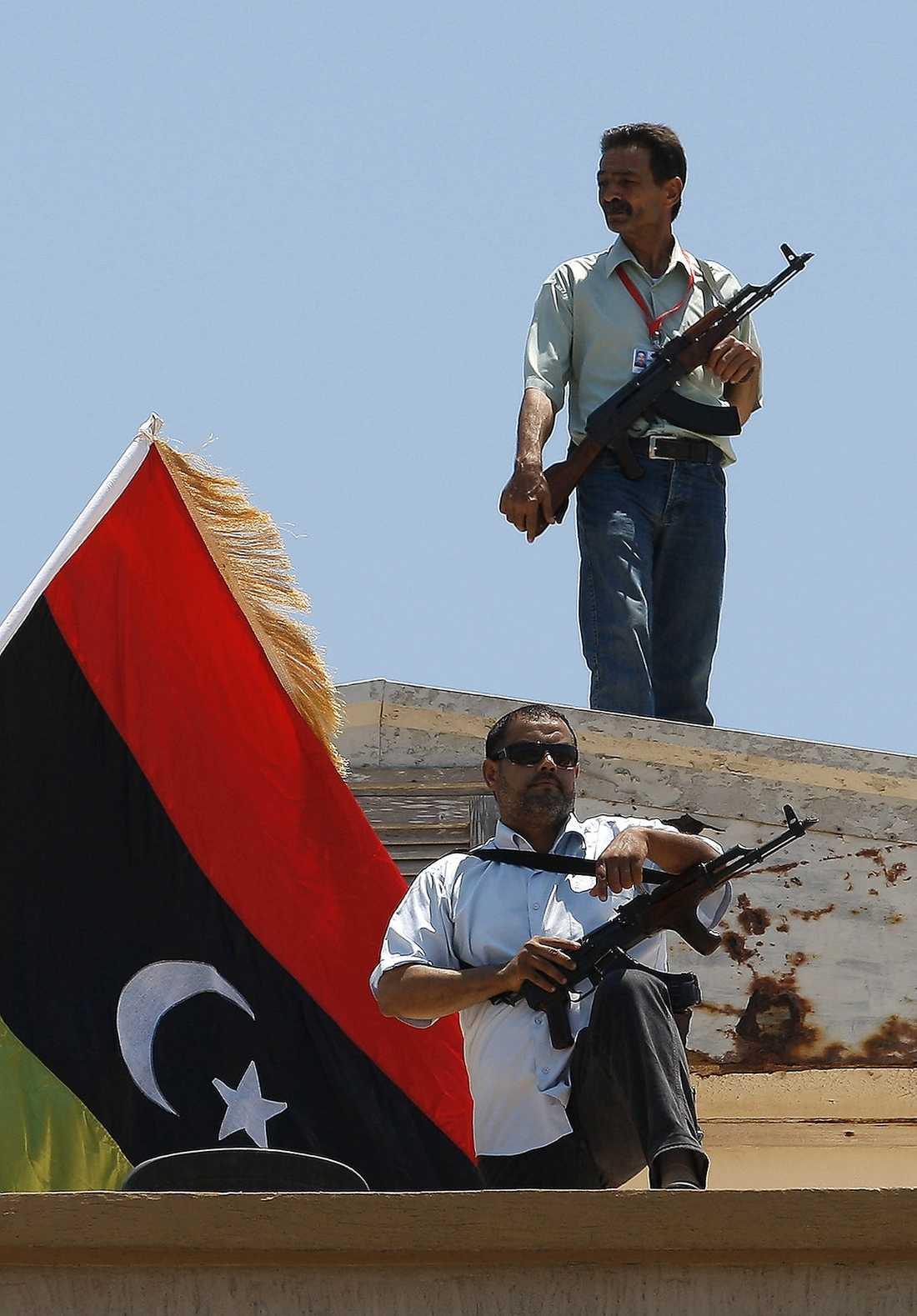 Två beväpnade rebeller håller vakt under fredagsbönen i Benghazi i förra veckan.