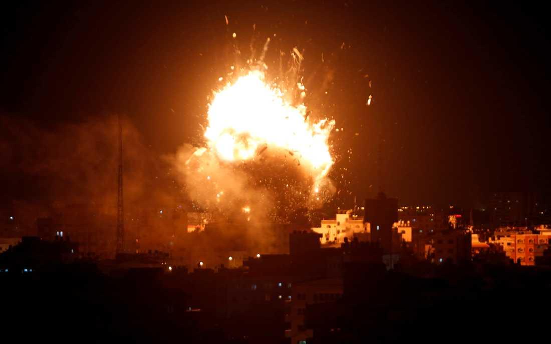 Explosioner vid en Israelisk flygattack mot Hamas tv-station i Gaza City