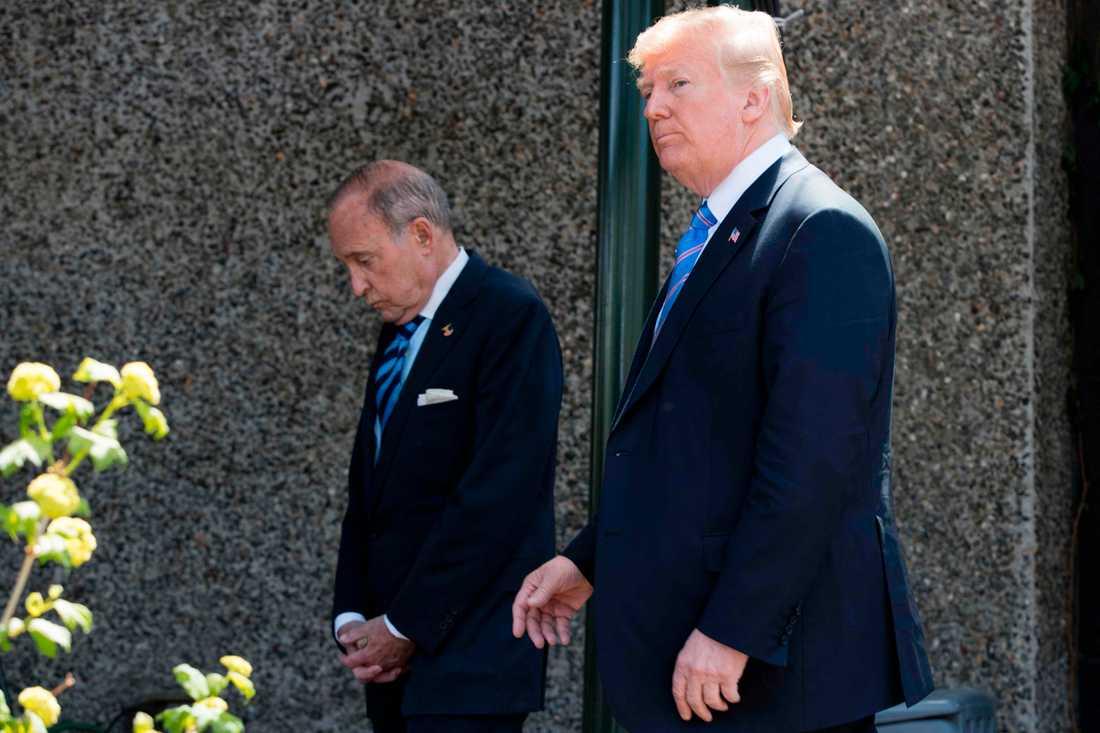Donald Trump med rådgivaren Larry Kudlow.