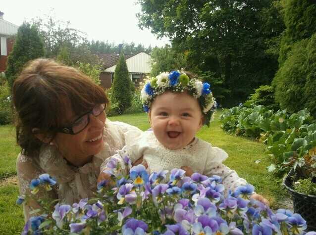Elina med farmor i Hagfors.