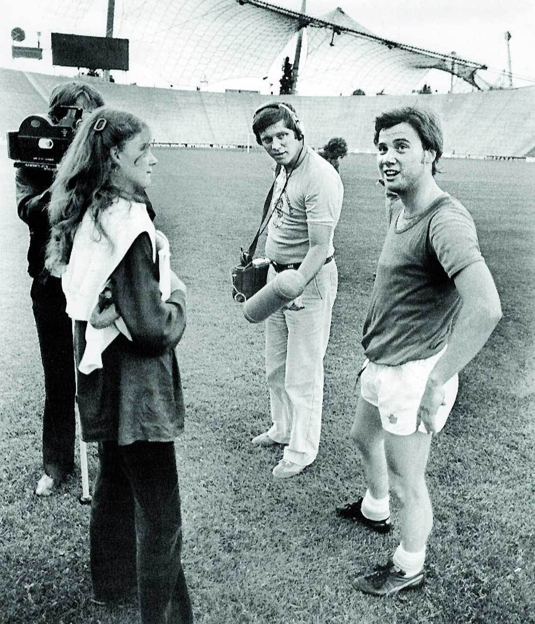 SR:s Anita Jekander intervjuar Ingemar Erlandsson inne på Olympiastadion.