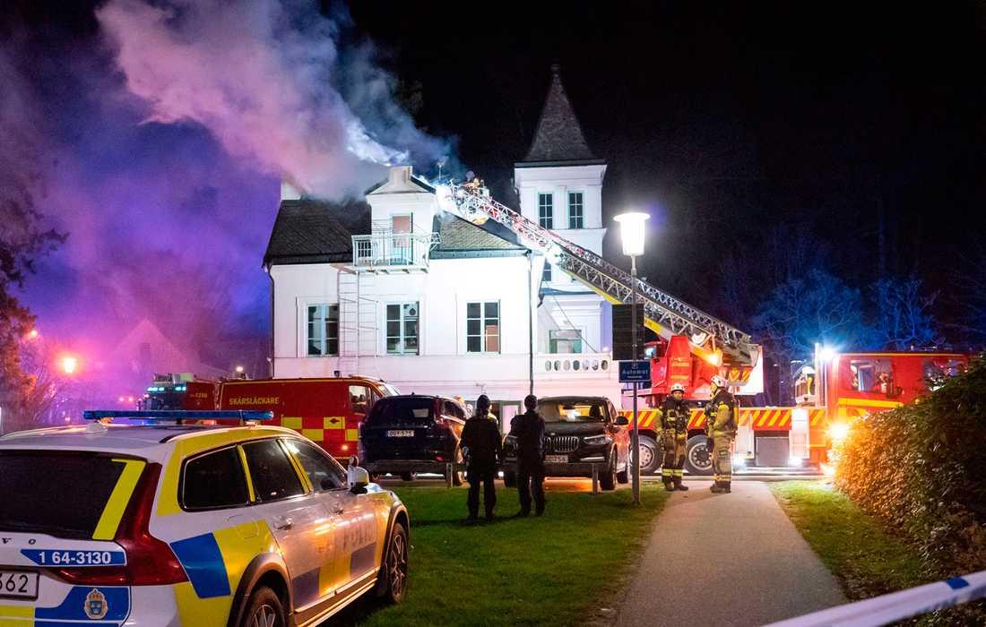 Räddningstjänsten arbetar med att bekämpa en brand i en större byggnad tillhörande Hvilans gymnasium.