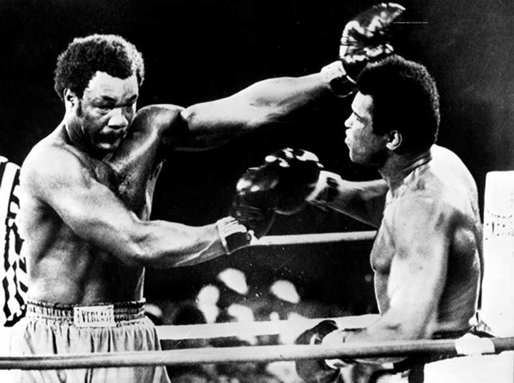 """HÄR KOMMER HÖGERN Matchen mellan George Foreman och Muhammad Ali i Kinshasa, Zaire, 1974 är en av historiens mest omtalade idrottshändelser. Den är mer känd som """"The Rumble in the Jungle"""" och få trodde att 32-årige Ali skulle ha en chans mot 25-åringen Foreman. Men Ali lät Foreman slå sig trött och gick sedan till motattack."""