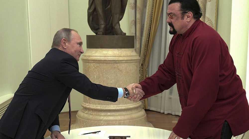 Steven Seagal skakar hand med Rysslands president Vladimir Putin under ett möte i Kreml i fjol.