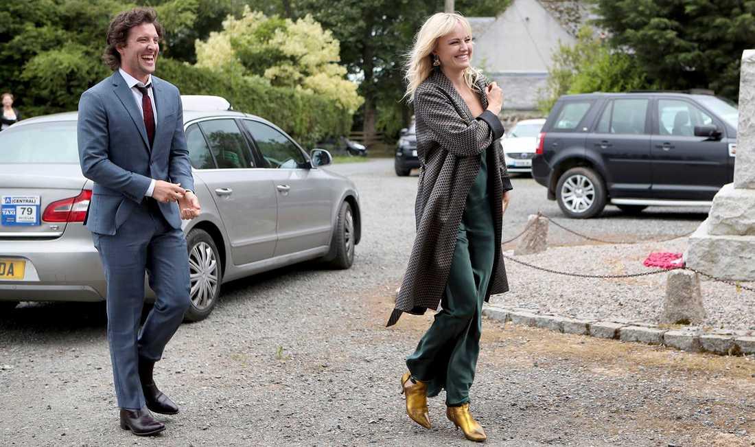 Jack Donnelly och Malin Åkerman anländer till bröllopet.