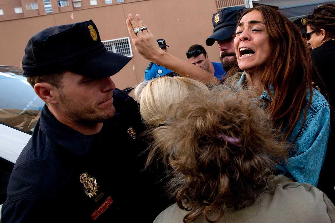 Demonstranter fick skingras av polis när hunden skulle föras bort.