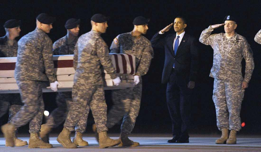 HYLLAS SOM HJÄLTAR President Barack Obama och generalmajor Daniel Wright närvarar under sergeant Dale R Griffins begravning i oktober 2009. Griffin, som dog i Afghanistan, är en av många som mist livet i kriget mot terrorismen.