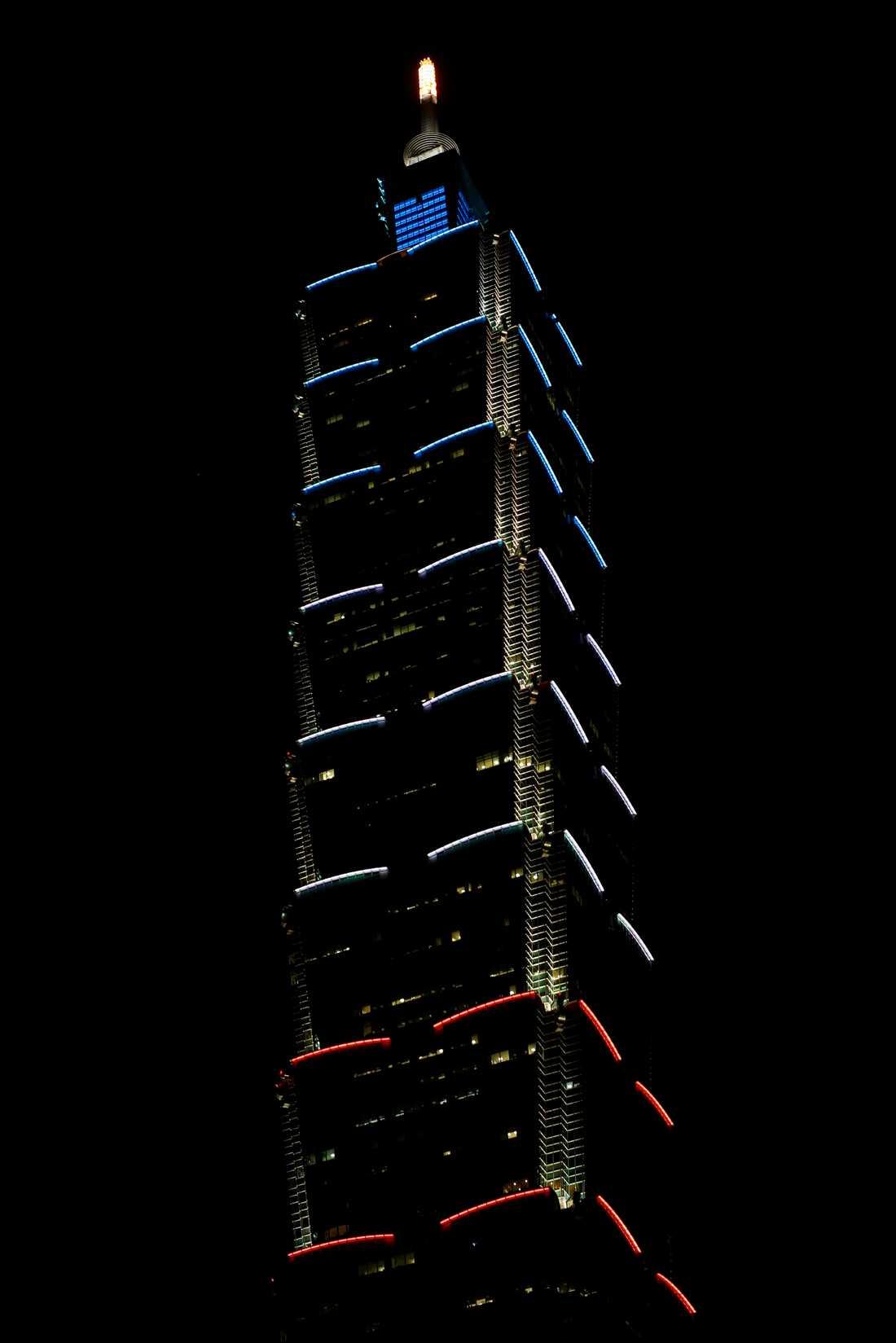 Taiwans landmärke Taipei 101 lyser i den franska flaggans färger efter torsdagens terrorattack i Nice.