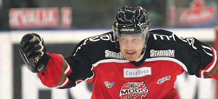 BLICKAR MOT ELITSERIEN IGEN? Pasi Tuominen, den förre Modospelaren, är på väg tillbaka till svensk hockey.
