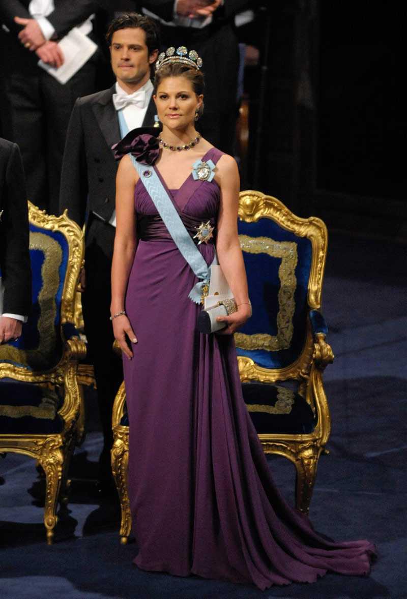 Prinsessan Victoria Denna Nobeldag är det utan tvekan Victoria som skiner mest! Tveklöst rätt färgval för en brunett som henne och modellen i sig känns både fräsch och ungdomlig samtidigt som den är värdig och stilren. Blomdetaljen på ena axeln är en extra krydda som tillsammans med smyckena lyfter hela looken till en riktigt kunglig nivå. Härligt! +++++ (5 plus)