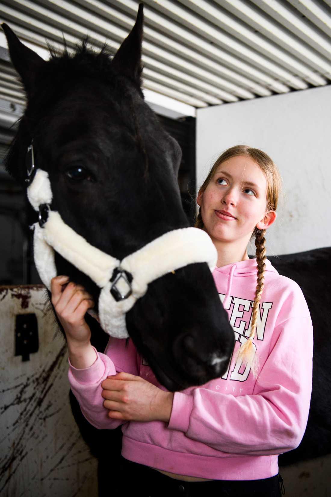 Wilma och hennes häst, varmblodstravaren Bosse.