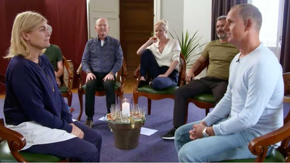 """Julia Dufvenius bjuder in de andra deltagarna till en healing-session i """"Stjärnorna på slottet""""."""