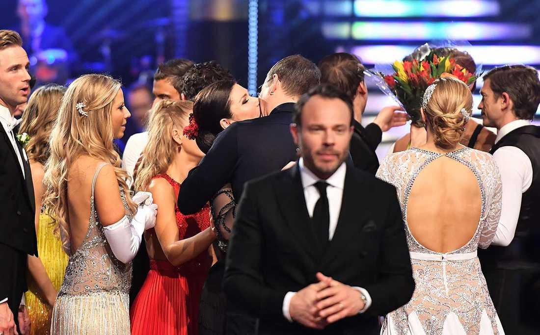 Anders Borg hånglar upp  Dominika Peczynski – mitt i live-tv.