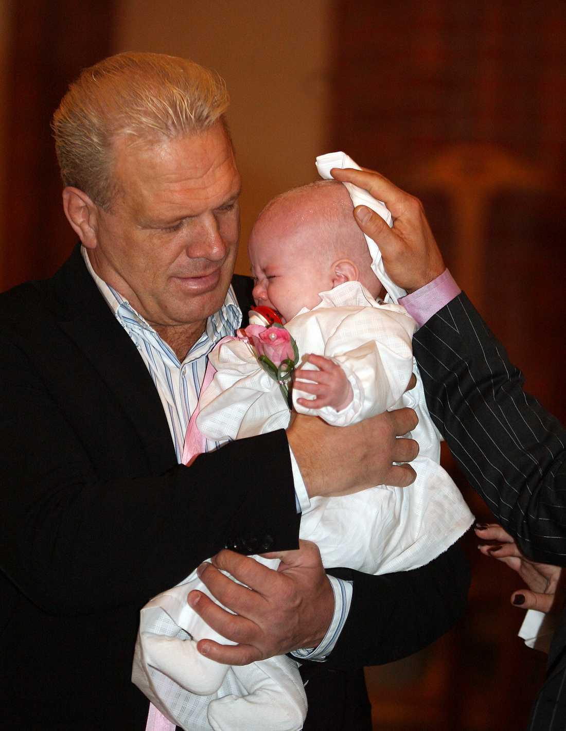 Frank Andersson med dottern Mira under hennes dop i Gustaf Adolfs kyrka i Sundsvall 2006.
