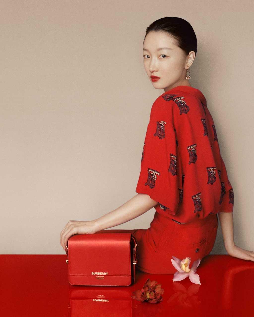 """Blus och tolvtusenkronorsväska från Burberrys kollektion inför det kinesiska nyåret. Här syns dock bara """"Ratberry"""" till i monogrammet."""