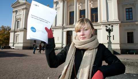OKTOBER 2009 På en presskonferens annordnad av Centrum för rättvisa, berättade juristerna Gunnar Strömmer och Anna Rogolska Hedlund att man skall stämma Lunds Universitet för könsdiskriminering. Samtidigt anmäler man DO för att han inte vill ta upp ärendet. 31 kvinnor som inte kom in på psykologprogrammet står bakom åtalet. På bilden Elin Sahlin, en av studenterna.