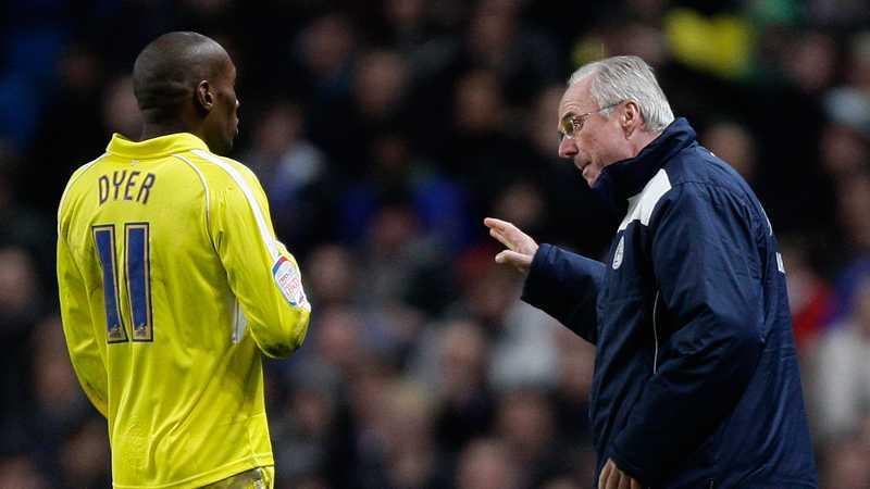 Svennis ger instruktioner till Leicester-spelaren Lloyd Dyer under en FA-cupmatch i januari 2011.