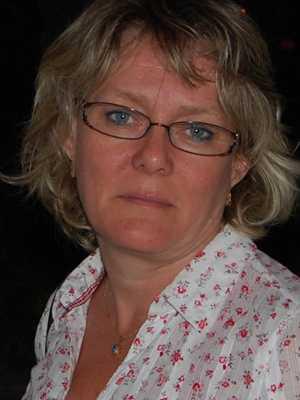 Lön: 23 900 kronor.  Lena Bogren, 50 år. Utbildad tidigarelärare.  – Lönen är pinsam at tala om. Min son som är 25 år och arbetar som bilmekaniker och har gymnasieutbildning har högre lön än mig. När ska kvinnliga yrken få status?