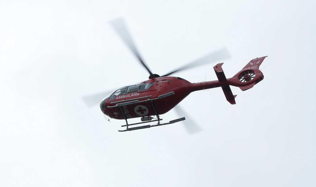 En räddningsinsats med bland annat ambulanshelikopter sändes till olycksplatsen i Abiskofjällen, där en skidguide omkom. Arkivbild.