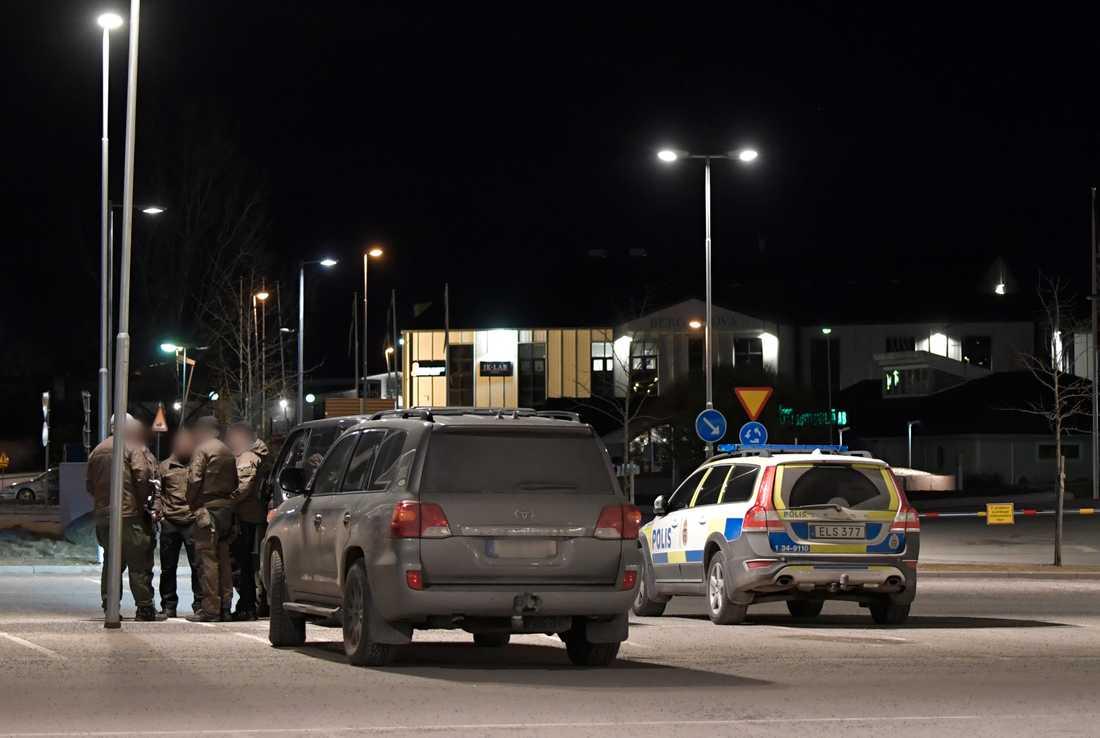 Piketpolisen är på plats i Åkersberga.