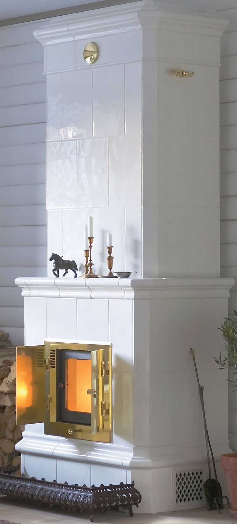 Herrgård Classic 201 En vit och slät kakelugn. Cronspisens varmluftskassett med värmeutsläpp ger värme så gott som direkt. Pris: 41500 kr. www.nibefire.eu