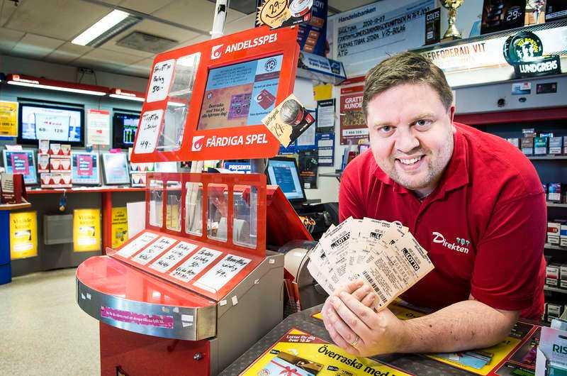I butiken Direkten i Skultuna jobbar Andreas Carlsson där det ligger en jokervinst på 60 000 kronor och väntar på sin rätta ägare.