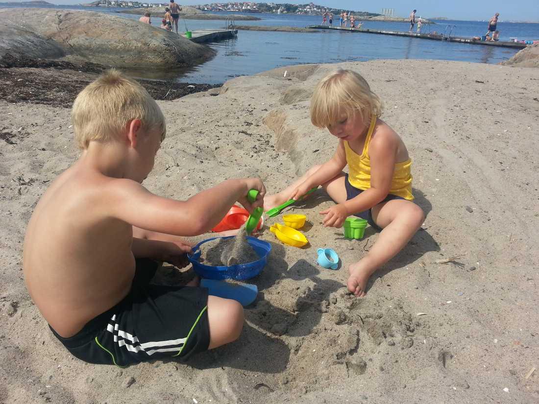 Emil och Milla leker på stranden Klarvik på Björkö.