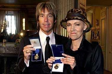 """Per Gessle och Marie Fredriksson efter medaljutdelningen på Slottet, där de fick medaljer av 8:e storleken i högblått band """"För uppskattade insattser i Sverige och Internationellt som musikgruppen Roxette""""."""