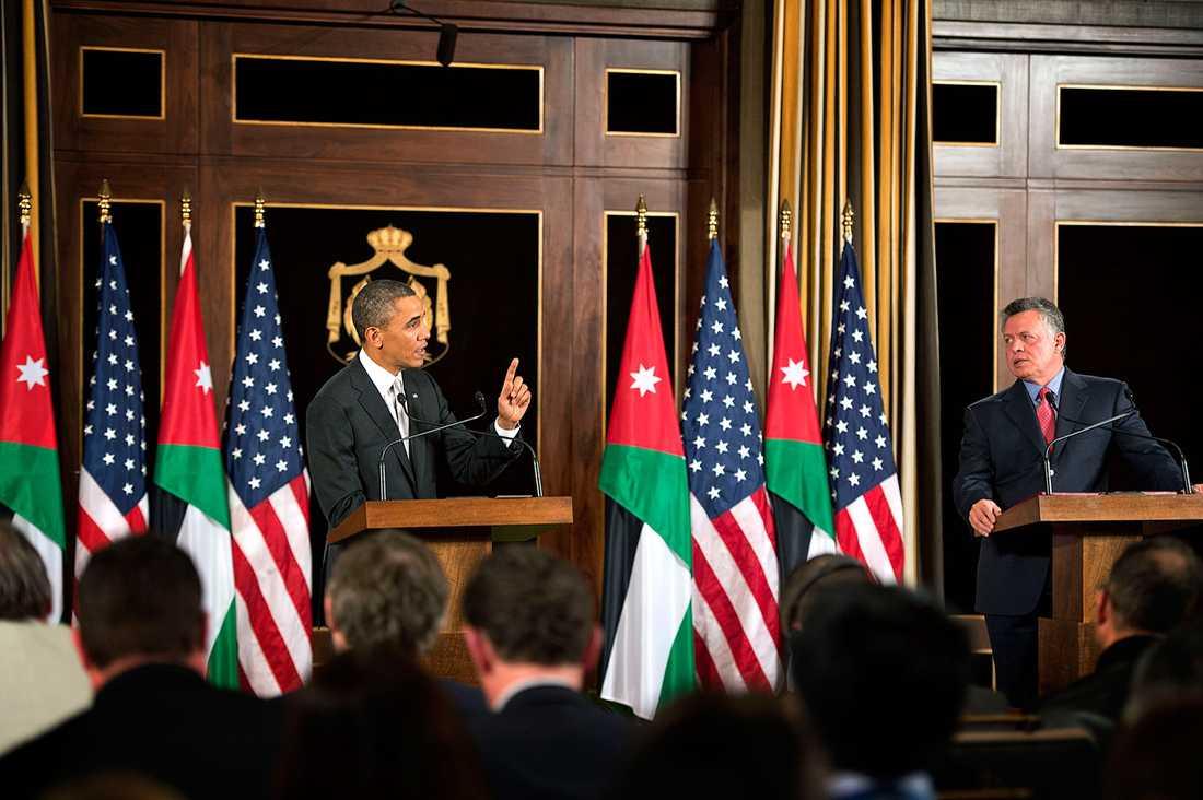 Kung Abdullah stod på en låda så att han skulle se lika lång ut som Obama.