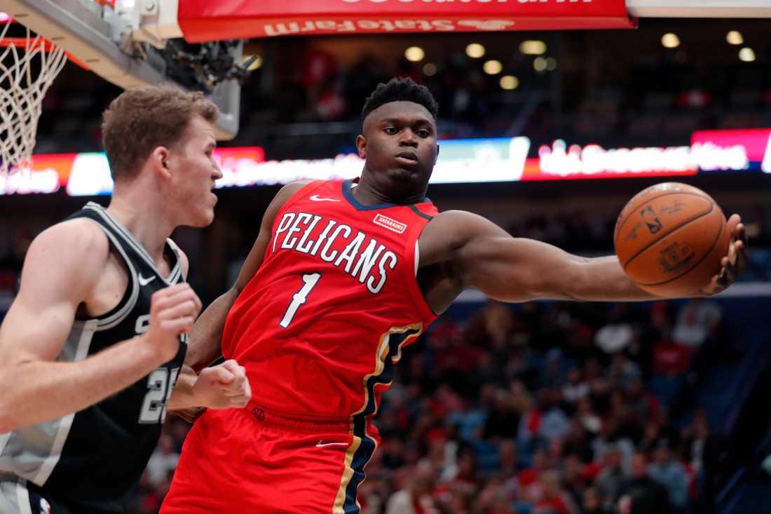 Zion Williamson, till höger, gick äntligen göra sin NBA-debut och svarade för 22 poäng.