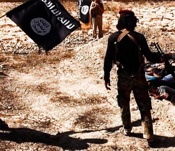 En av terroristerna håller nonchalant sitt automatgevär med en hand när han skjuter sina chanslösa offer.