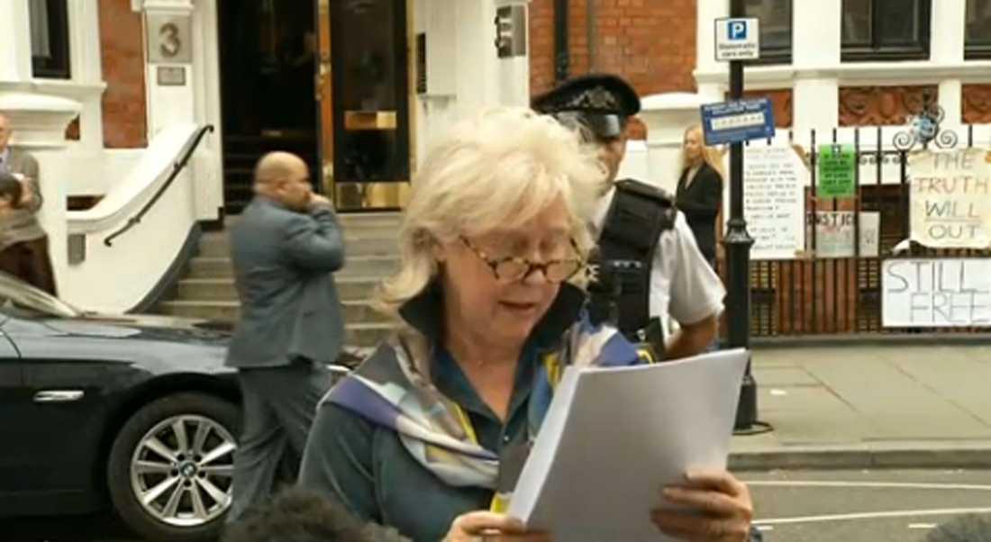 Enligt uppgifter skulle Julian Assange själv läsa upp ett uttalande vid Ecuadors ambassad i London. Istället framträdde Susan Benn, talesperson för Wikileaks. Enligt Assanges advokat fanns en risk för att han skulle gripas av brittisk polis om han visade sig.