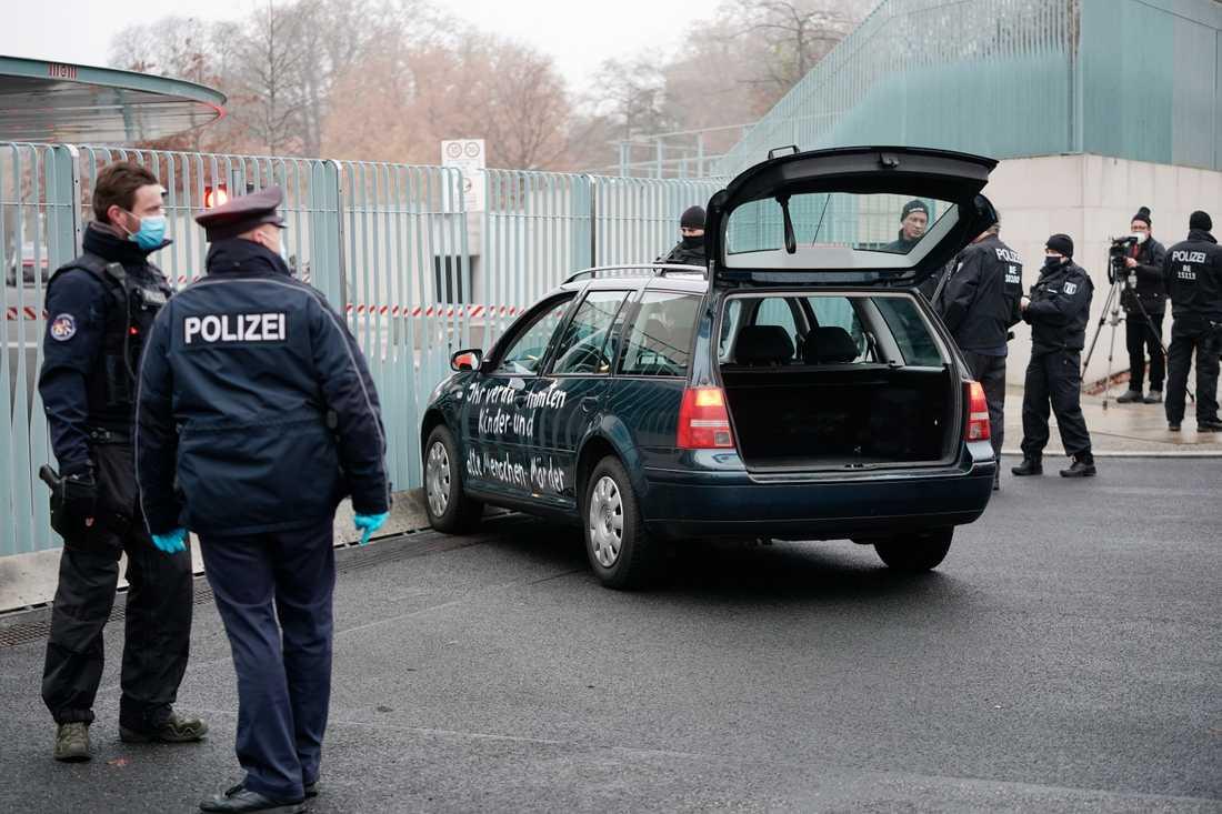 Bilen framför Merkels kansli i Berlin.