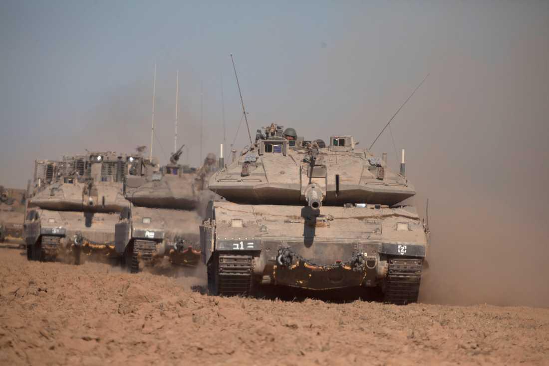 Israeliska stridsvagnar syntes längs gränsen till Gaza på torsdagen.