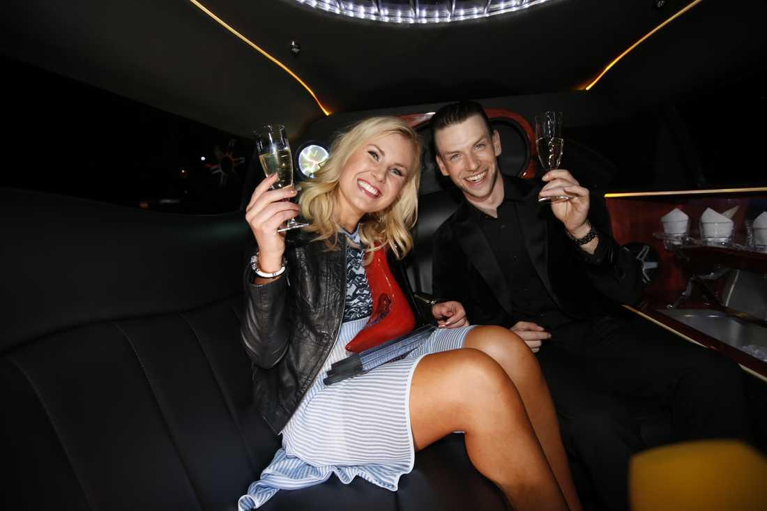 """Elisa Lindström och Yvo Eussen skålar för segern i """"Let's dance""""."""