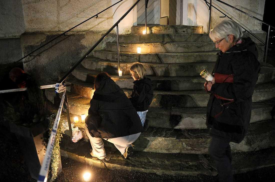 VÄNNEN TÄNDE LJUS VID KYRKAN Flera barnfamiljer besökte kyrkan i Bollebygd i går kväll för att lämna kondoleanser. Jenny Johansson kom dit med sin mamma och sin dotter, som var klasskamrat och bästa kompis med den omkomna flickan.