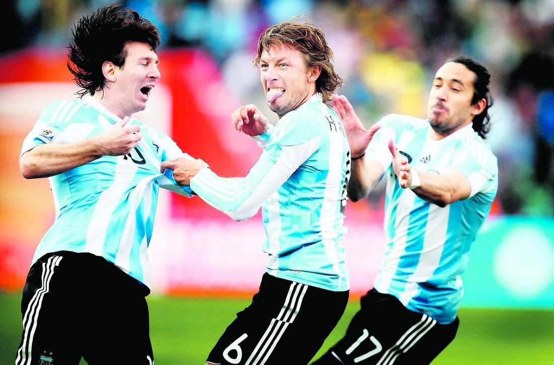 """Messi jublar tillsammans med Gabriel Heinze efter hans mål mot Nigeria. Men trots att Lagerbäcks Super Eagles blev poänglöst i går är de säkra på att få spela åttondelsfinal – och de hyllar sin nye svenske förbundskapten. """"Allt har varit så bra"""", säger Yakubu."""