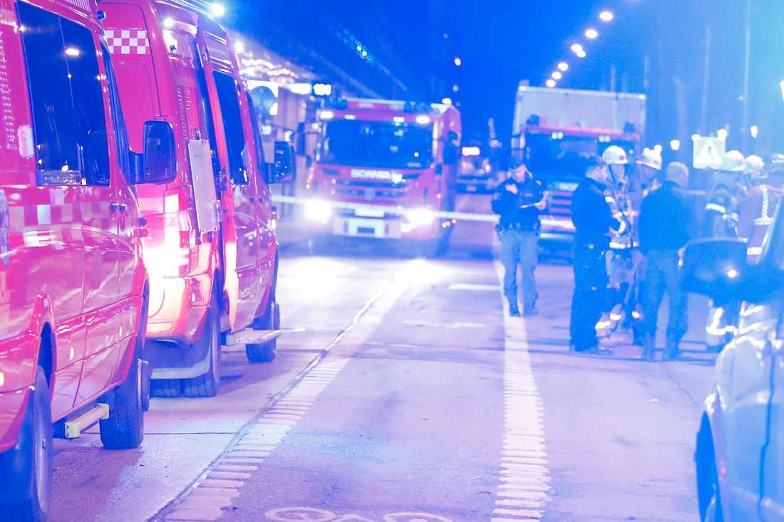 Ett större antal enheter från polisen, brandkåren och ambulansen kom tidigt till platsen.