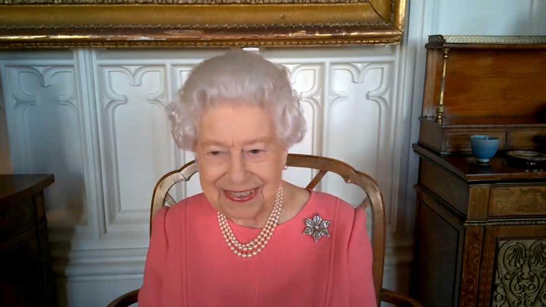 Drottning Elizabeth berättar om sin vaccinationsupplevelse under ett videomöte.
