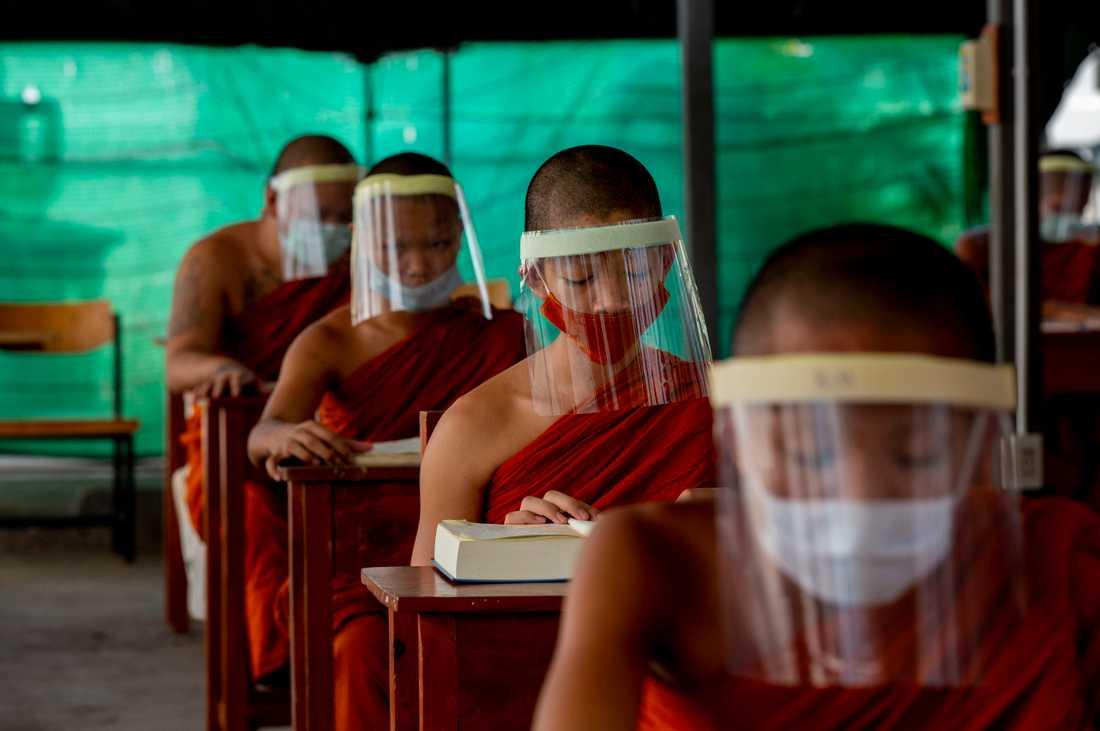 Unga buddistiska munkar under en lektion i religion i Thailands huvudstad Bankok där de flesta skolor hålls stängda på grund av covid-19. Arkivbild.