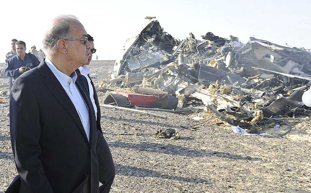 Egyptens premiärminister Sharif Ismail på olycksplatsen i Sinai.