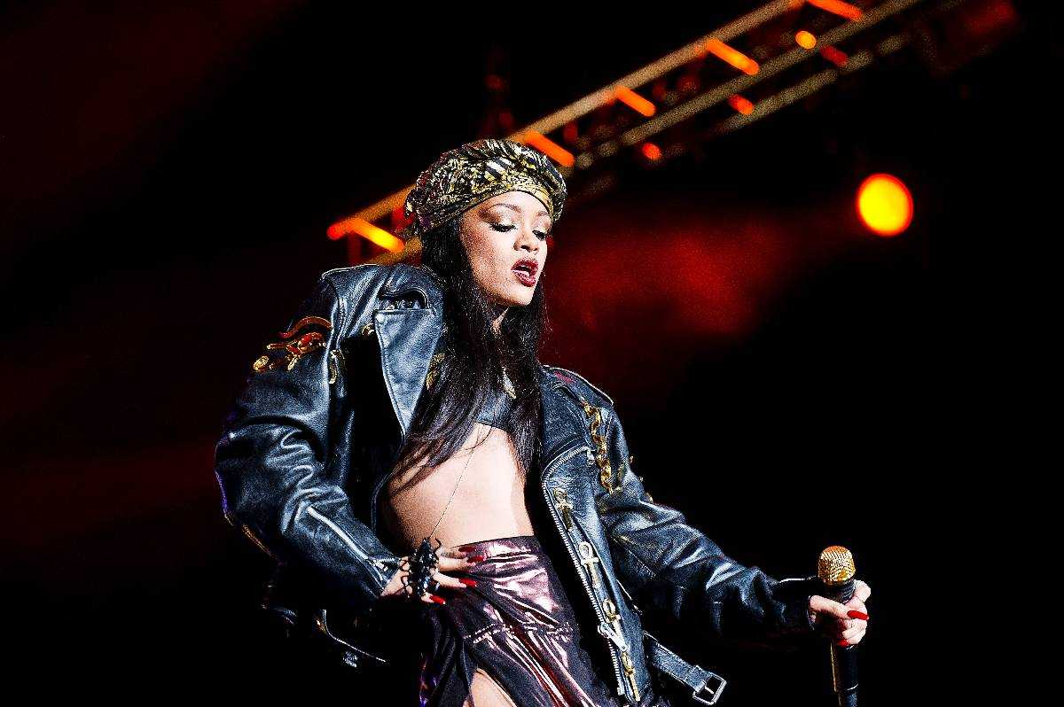 Frånvarande Konserten med Rihanna förvandlas till en grav som förtjänas att skottas igen.